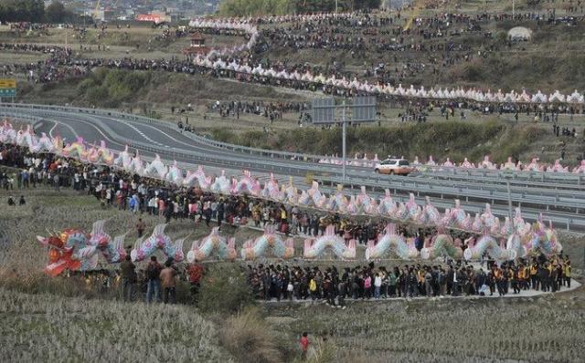 6 февраля 2012 года жители Фуцзянь, Китай, установили мировой рекорд, пройдя с частями дракона, составленными из бумаги и бамбука и соединёнными досками на протяжении 791.5 м.