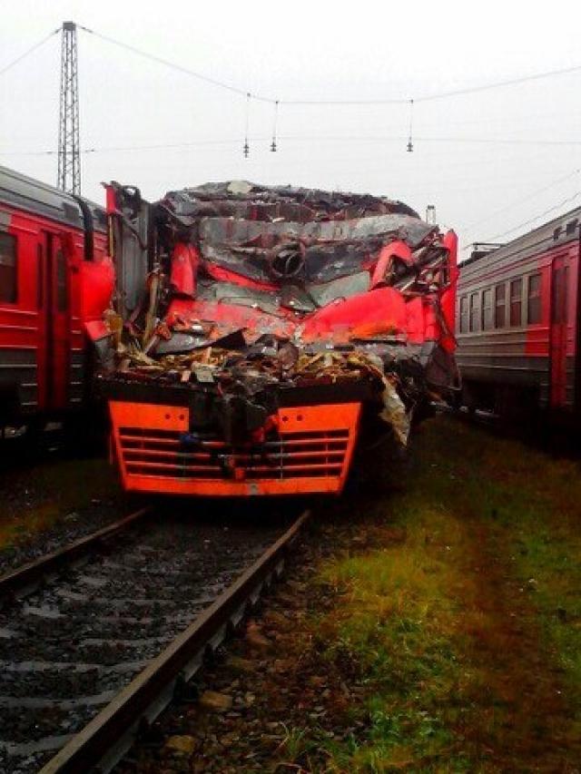 Дальнейшие действия составителя поездов вообще не поддаются никакой логике. Он отцепил семь вагонов от товарного состава, в том числе шесть цистерн с нефтепродуктами и специально врезался в состав из пятидесяти вагонов.