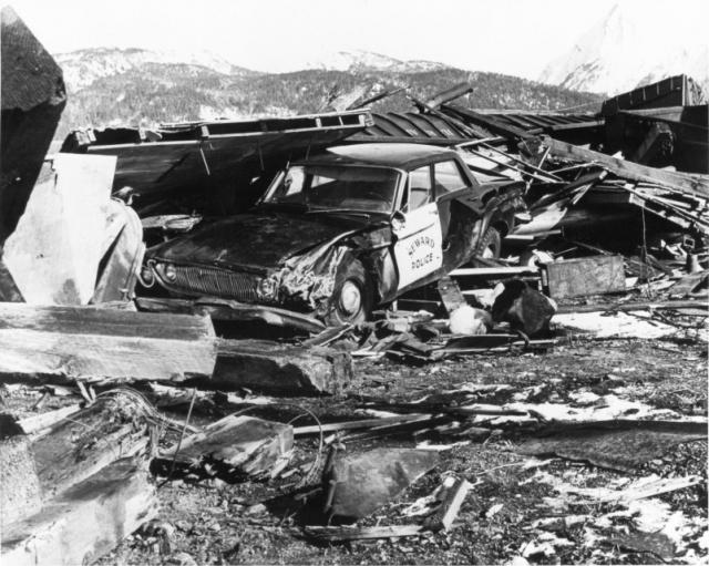 Землетрясение на Аляске. 27 марта 1964 года все 47 штатов США затронуло землетрясения на Аляске. Одно из самых сильных природных катастроф на памяти человечества магнитудой 9,3 баллов унесло сравнительно немного жизней – погибло 9 человек из 130 жертв на Аляске и еще 23 жизни унесло цунами, последовавшее за подземными толчками.