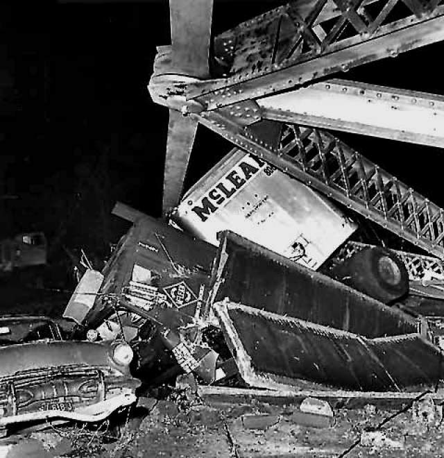 """По мнению некоторых, гигантская """"моль"""" была послана для того, чтобы предупредить местных о надвигающейся катастрофе. После того, как мост рухнул, """"мотылька"""" в Пойнт-Плезант больше не видели. На фото: искореженные автомобили, которые были подняты со дна реки после обрушения моста Сильвер-Бридж"""