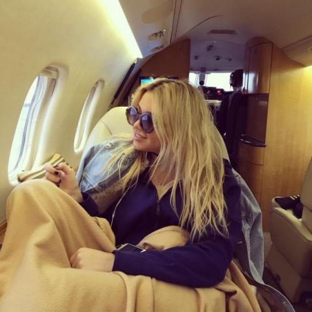 Конечно же, девушка любит путешествовать, чаще всего на частном самолете, хорошо проводить время и тратить деньги.