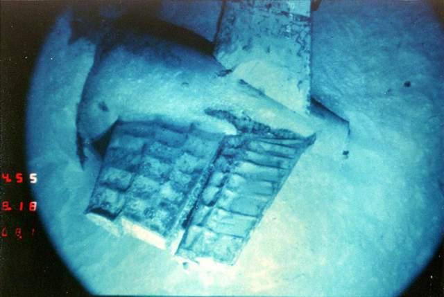 """Вскоре лодка была найдена на глубине 3047 метров и сфотографирована сыном """"Мизер"""". Причина гибели корабля до сих пор не установлена, наиболее вероятной версией считается взрыв торпеды."""