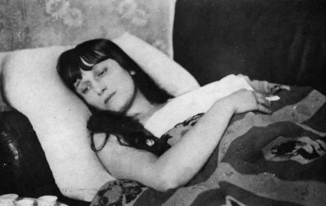 Находясь во время войны в Ташкенте, Ахматова получила от Гаршина письмо о смерти его жены с просьбой выйти за него замуж. Анна согласилась даже взять его фамилию и с оживлением ждала встречи.