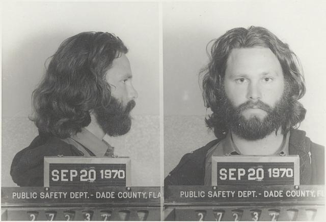 Джим Моррисон был арестован в 1970 году по обвинению в публичном обнажении и оскорблении словом во время концерта в Майами весной 1969 года. Музыкант отказался от адвоката и защищал себя в суде сам.
