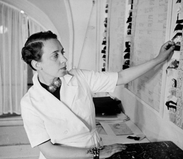 Во время поездки в Нью-Йорк, Эльза познакомилась с группой художников. Позже с ними она отправилась в Париж. В период с 1927-го по 1940-й года, Скиапарелли завоевала серьезную репутацию именно за счет своих откровенных и дерзких идей в дизайне.