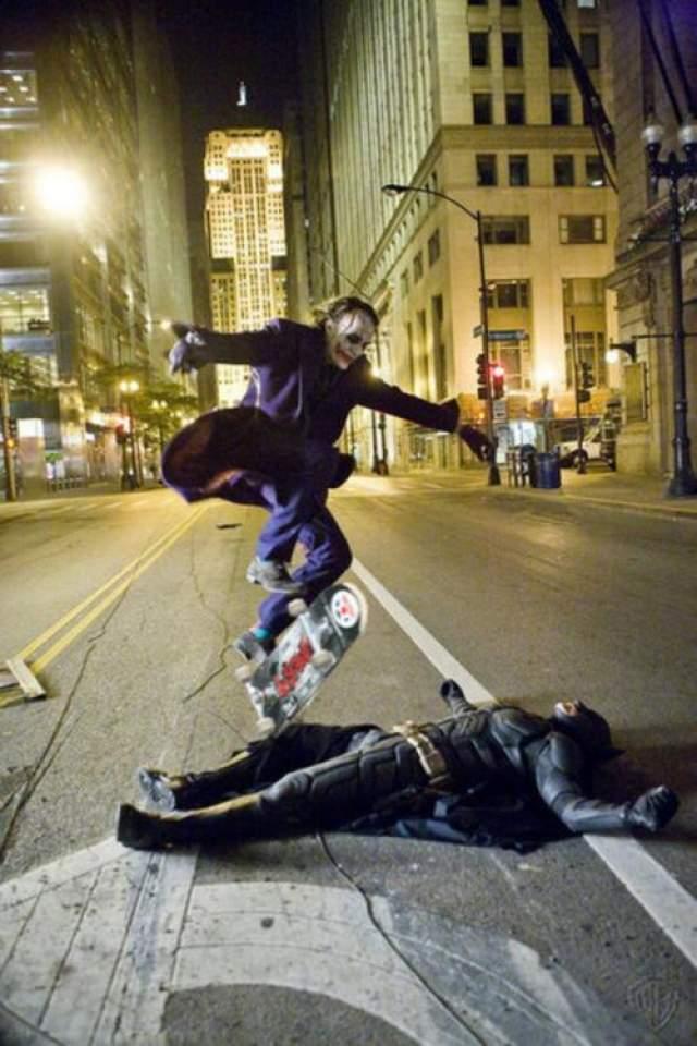 Хит Леджер в прыжке со скейтом через Кристиана Бейла.