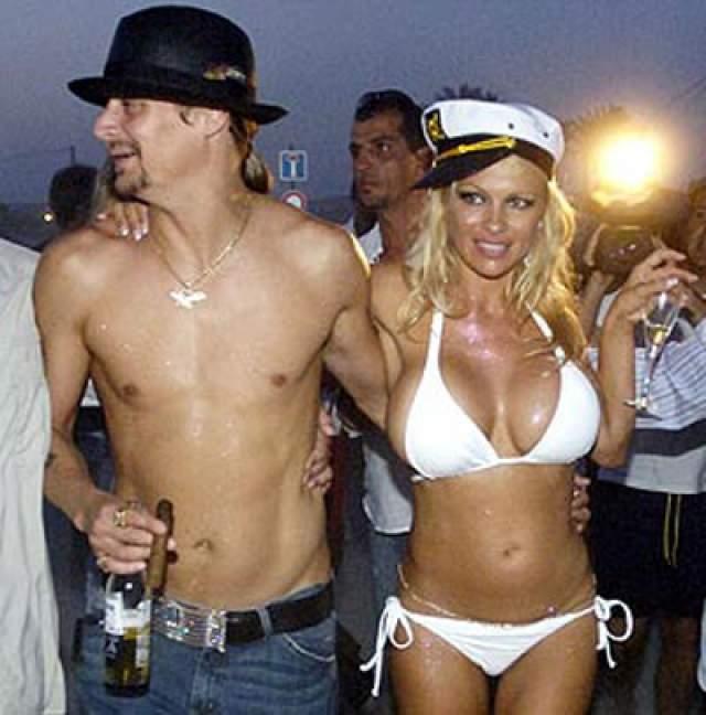 """Памела Андерсон и Кид Рок. Пара отметила свадьбу на яхте, а вместо подвенечного платья """"спасательница Малибу"""" надела белый купальник."""