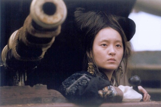 В результате предательства одного из своих капитанов, женщина-пират в 1810 году вынуждена была заключить перемирие с властями. После этого она стала содержать публичный дом и притон для азартных игр. Кадр из фильма про Чжэн Ши.