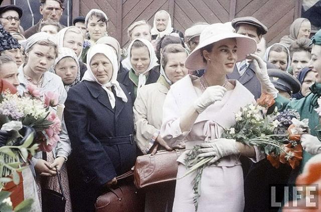 На снимках этой серии в глаза бросается контраст между советскими гражданами и иностранными гостями.