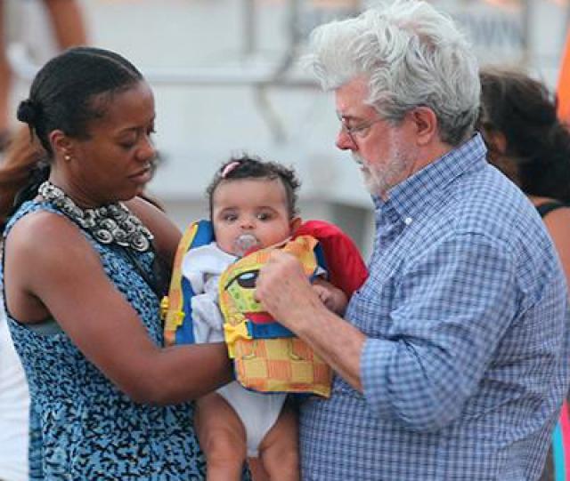 Малыш стал первым биологическим ребенком супругов - у Лукаса есть трое усыновленных детей.