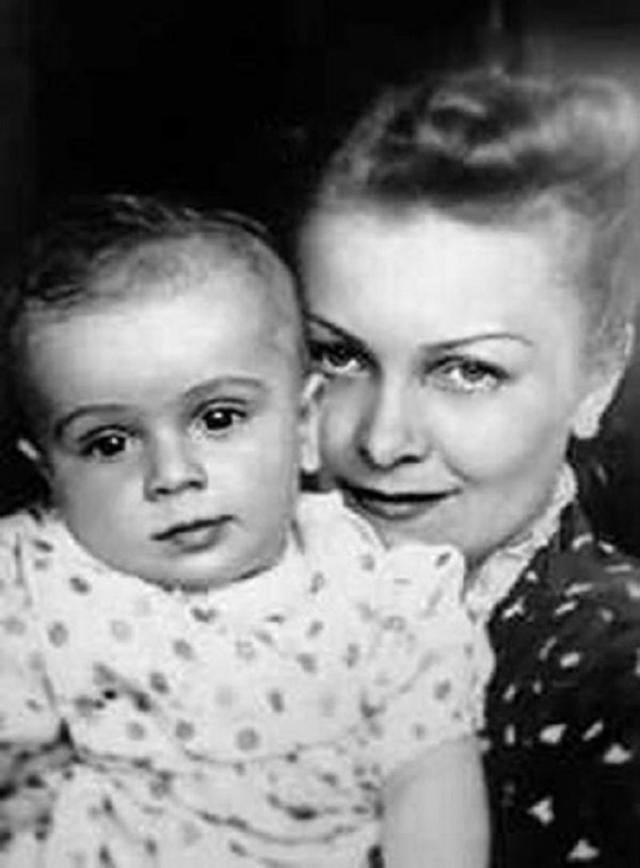 В этом браке они жили очень счастливо, вместе преодолев множество невзгод. А в 1959 году Алабян умер…