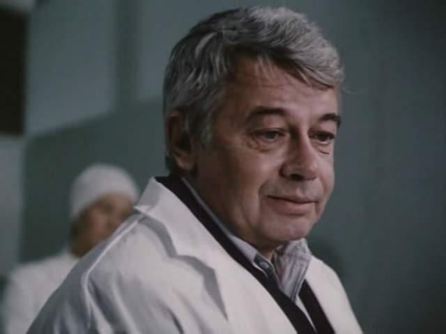 Хотя у актера было плохое зрение, в некоторых ролях он все же представал без очков.