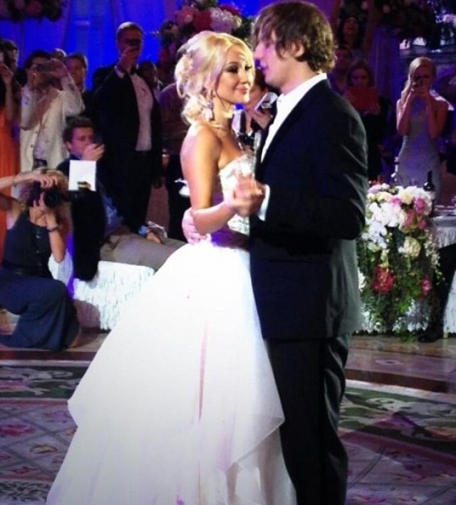 По неофициальным данным, Лера и Игорь потратили на свою свадьбу около 5 миллионов рублей. Среди гостей были самые известные представители российского шоу-бизнеса.