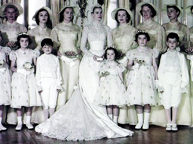 На Грейс, которая становилась княгиней, отказавшись от кинокарьеры, было великолепное платье, созданное дизайнером киностудии MGM Хелен Роуз. Этот наряд, по единодушному мнению модных критиков, - самое элегантное свадебное платье в истории.