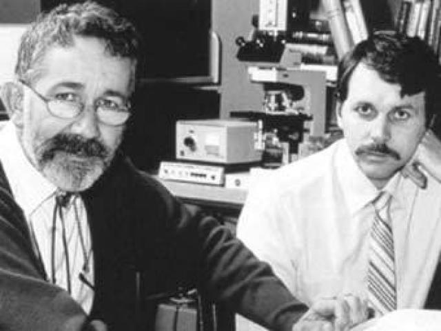 Барри Маршалл. Ученый с коллегой Робином Уорреном открыл бактериальное происхождение язвы желудка, но коллеги никак не хотели им верить.