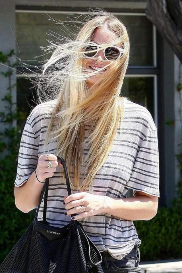 Веселая и милая Уитни Порт радует своей солнечной игривостью.