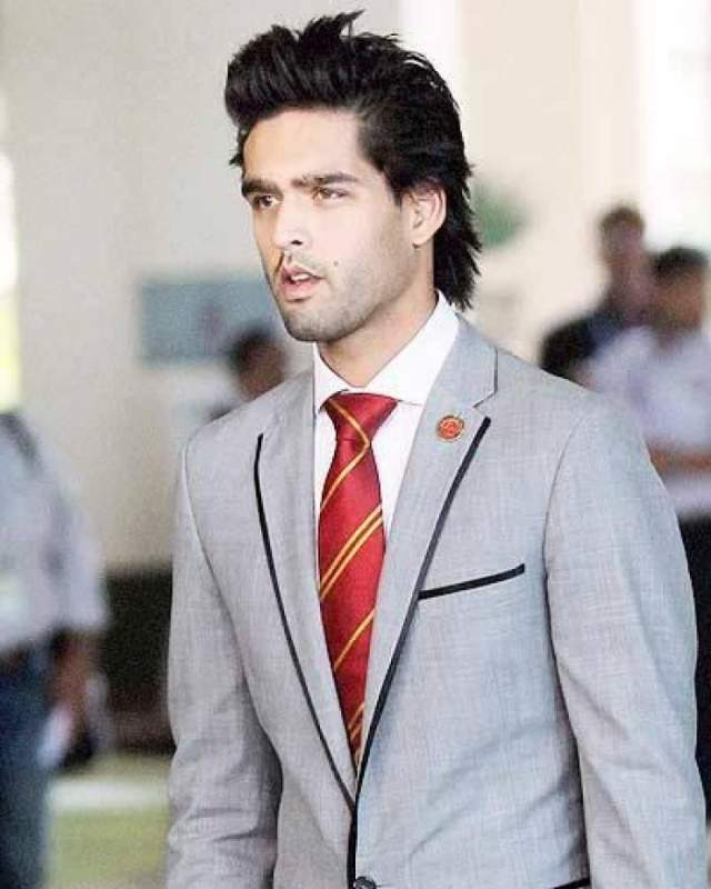 Сид из всех возможностей выбрал должность директора крикетной команды. Также юноша пробовал себя в модельном и шоу-бизнесе, появлялся в телепрограммах, а также выпускал свое реалити-шоу.
