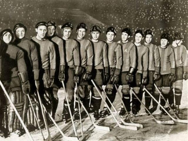 Погибли 8 хоккеистов команды ВВС СССР, иx тренер, врач и массажист. Несколько из погибших хоккеистов также были и футболистами.