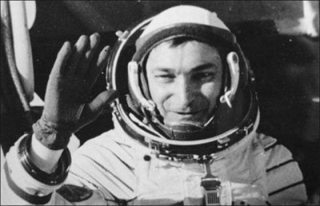 Затем еще дважды был в космосе в качестве командира экипажа - в 1976 и в 1978 годах. За три рейса в космос налетал 20 сут 17 ч 47 мин 21 с.