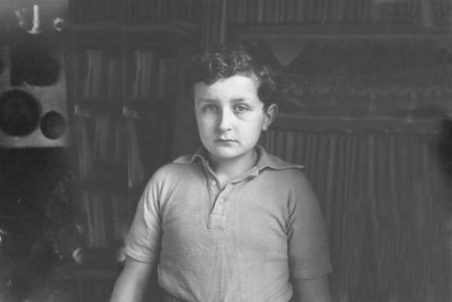 Накануне войны репрессируют его отца, Сергея Эфрона, и сестру Ариадну. Отца расстреляют, сестру отправят в ссылку. Они с матерью будут эвакуированы в Елабугу, а в августе 1941 Цветаева покончит с собой.