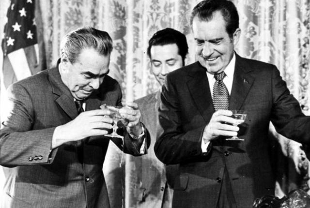 А вот пить генсек не мог. Рассказывают даже о трюке с его личной рюмкой с толстым стеклом, которая создавала визуальное впечатление, что он пьет с другими на равных. В последние годы ему подносили чай, темный, как коньяк.