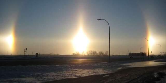 Три солнца. Явление под названием паргелий возникает тогда, когда солнечные лучи преломляются в кристаллах льда, находящихся в атмосфере.
