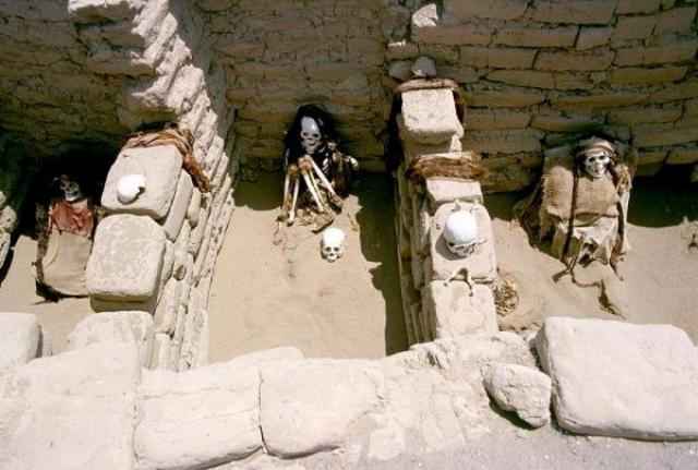 """Кладбище Чаучилла, Перу. Последние захоронения здесь проводились в IX веке. Все покойные """"сидят на корточках"""", а их """"лица"""", кажется, улыбаются."""