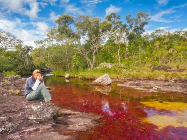 Это происходит благодаря цветению редких видов водорослей, разукрашивающих воды реки в красный, розовый, синий, зеленый и желтый цвета. А местные жители передают из поколения в поколение легенду, будто в местных водопадах лежит сокровище Ла Моджаны (Матери воды).