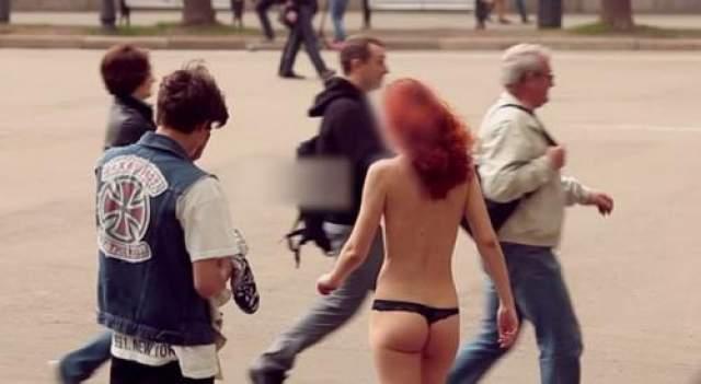 """За 15 000 рублей одна девушка соглашается и в полуголом виде """"гуляет"""" по набережной."""
