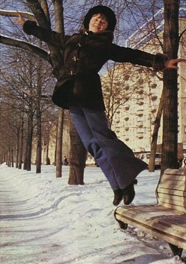 """""""В тот день Лена неважно себя чувствовала, но тренер настоял, чтобы она сделала прогон, показала всю программу с максимальной сложностью в вольных упражнениях, – рассказывала бывшая гимнастка Лидия Иванова. – В одном из сложных прыжков, когда Лена уже пошла в воздух и начала закручиваться, она то ли расслабилась, то ли подвел травмированный голеностоп: Мухина не докрутилась и со всего размаху ударилась о ковер."""""""
