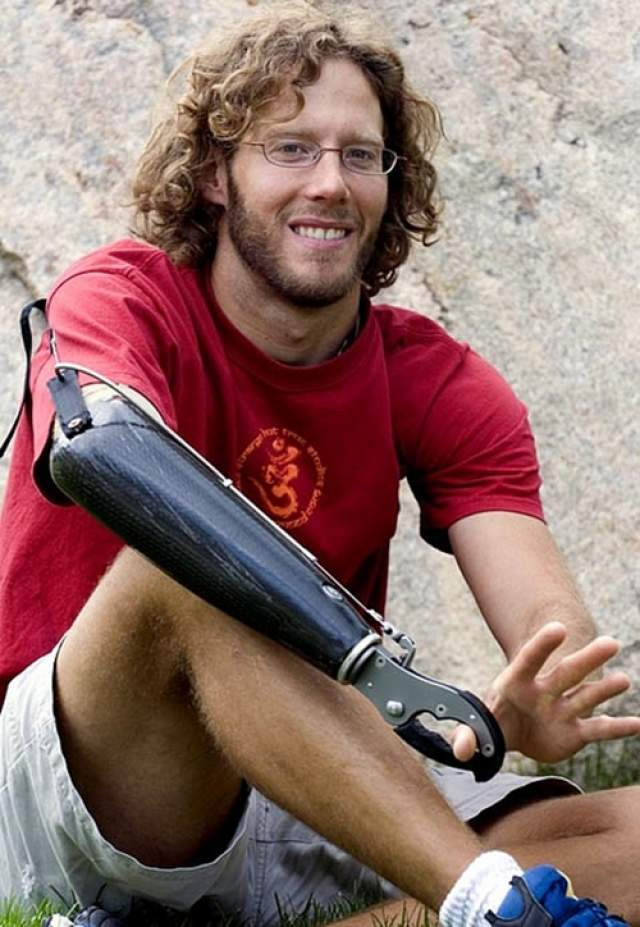 Что удивительно, с учетом произошедшего, Ральстон все еще занимается альпинизмом, только теперь он покоряет горы с протезом.