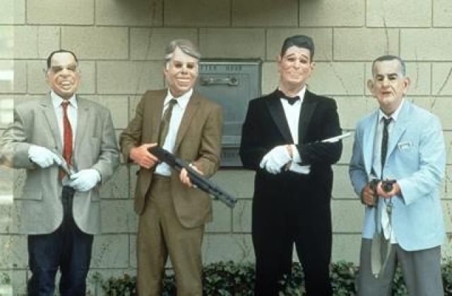"""""""На гребне волны"""". ФБР расследует серию дерзких ограблений банков, которые совершает банда, получившая название """"экс-президенты"""" из-за масок, используемых ими."""
