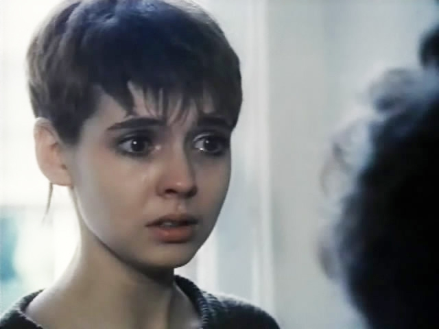 Сразу после окончания средней школы в 1989 году поступила в театральный институт. Окончила Школу-студию МХАТ. В 1992 году дебютировала на малой сцене Московского Художественного театра имени Чехова.