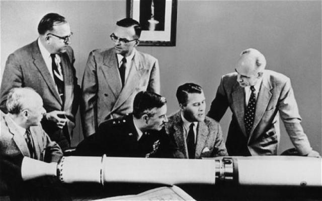 В ходе привлечения интеллектуалов для научной работы нацистское правительство запрашивало в первую очередь о местонахождении и идентификации ученых, инженеров и техников, а затем оценивало их политическую и идеологическую пригодность.