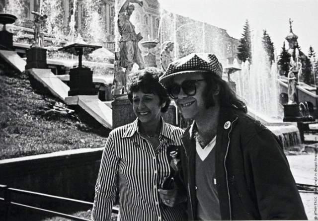 1979 год, Элтон Джон гуляет по Петергофу вместе с мамой Шейлой Дуайт.