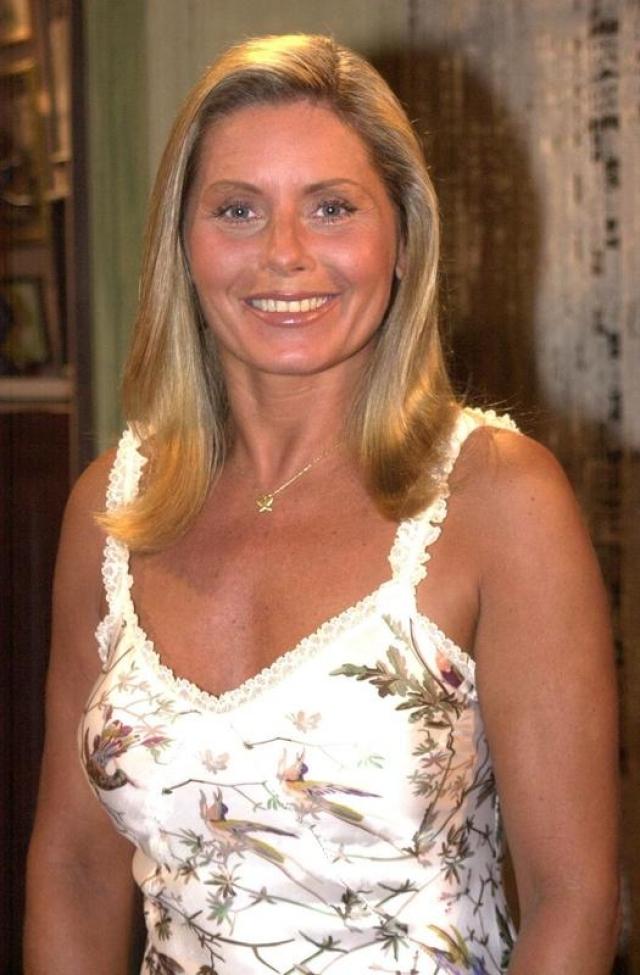 """""""Семейные узы"""". Вера Фишер. Будущая актриса выходила на подиумы Бразилии с 16 лет, а в 1969 году выиграла конкурс красоты """"Мисс Бразилия"""". После рождения сына она начинает пробовать себя в роли актрисы и после первых успешных работ в сериалах полностью уходит на телевидение."""
