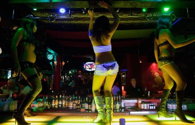 Немного позже стриптизерши вовсю демонстрировали движения, имитирующие половой акт. Бурлеск превратился в эротический конвейер.
