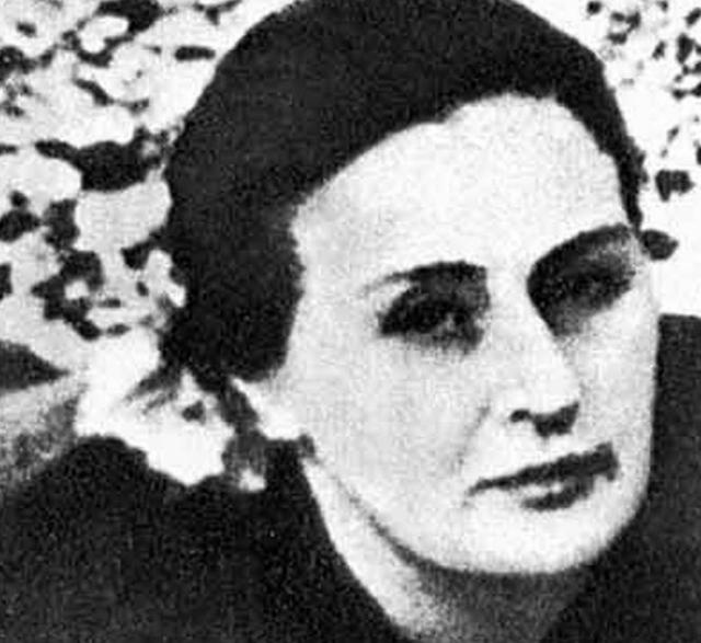 Пара познакомилась в конце 1920-х годов, когда Лаврентий Павлович находился в Грузии. Нино обратилась к нему за помощью, поскольку ее родной брат был арестован.