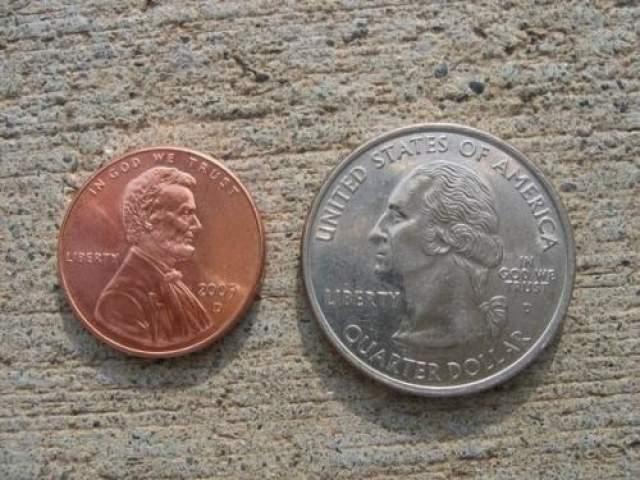 Приклейте монеты к полу