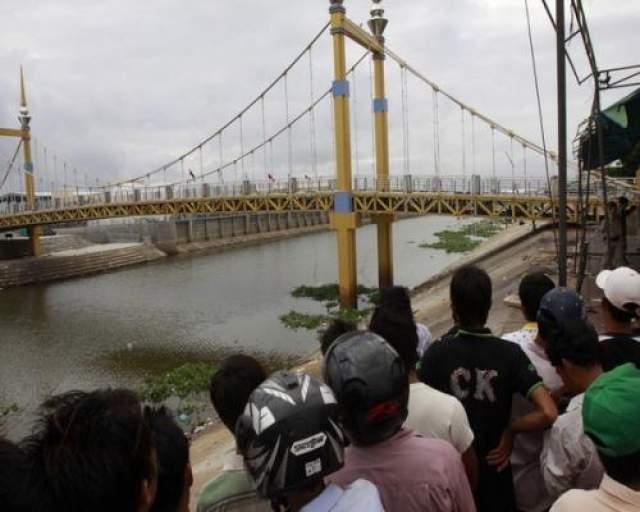 По официальной версии, давка возникла в результате паники, которую, в свою очередь, спровоцировала не рассчитана на такое количество народа конструкция моста, в результате чего мост стал раскачиваться.