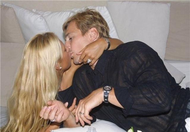 Причем факт замужества Курниковой удалось сохранить в секрете вплоть до 2003 года. К этому принуждали теннисистку многочисленные рекламные контракты.