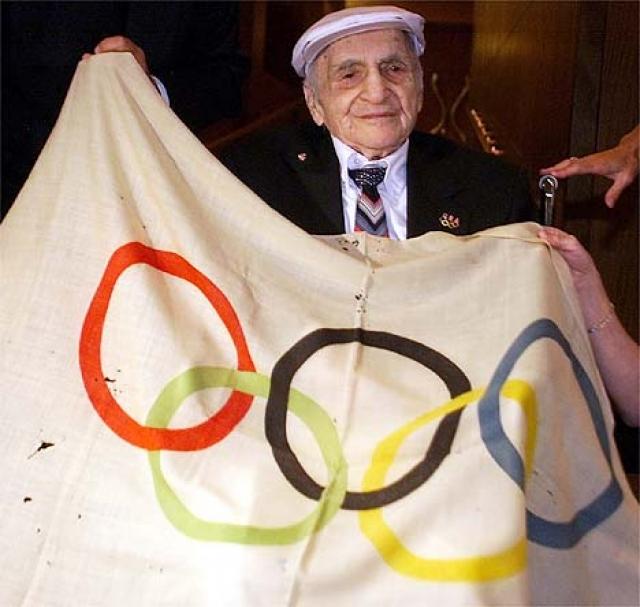 Истина выяснилась через целых 80 лет: флаг был украден бронзовым призером тех Игр по прыжкам в воду американцем Хэлом Хейгом Присте.