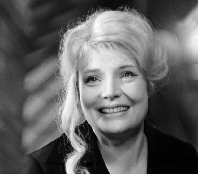 Татьяна Доронина и Эдвард Радзинский. Когда муж актрисы не смог встретить ее с гастролей, то на вокзал вместо него отправился драматург, в пьесе которого Дороинна должна была вскоре сыграть.