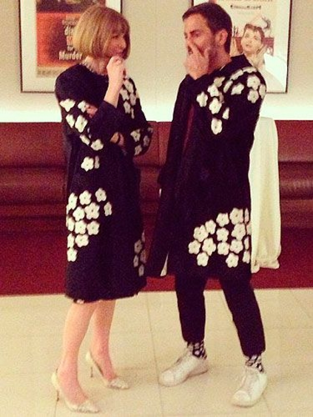 А вот британская журналистка Анна Винтур выбрала идентичный жакет с… модельером Марком Джейкобсом .