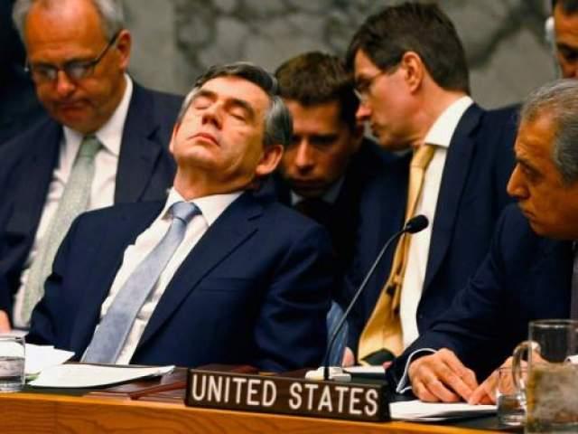 Спящий британский премьер-министр Гордон Браун попал в кадр во время заседания совета безопасности ООН в апреле 2008 года в Нью-Йорке.