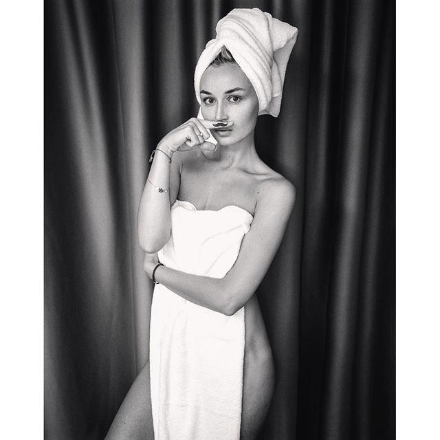 Фото Полины Гагариной , прикрывшейся полотенцем, более скромное, но также бурно обсуждаемое в Сети, ведь его выложил супруг певицы.