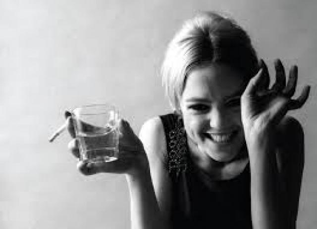 В попытке завязать с наркотиками Эди пристрастилась к снотворному, которое часто запивала алкоголем, что и послужило причиной ее смерти: 28-летняя модель заснула и больше никогда не просыпалась.