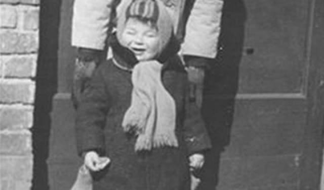 В раннем возрасте Абрамович остался сиротой: по одним данным, его родители перевернулись на тракторе, по другим - мать умерла от заражения крови после подпольного аборта или от лейкоза, а отец через полтора-два года погиб от жировой эмболии, после того как упавшая стрела подъемного крана перебила ему ноги.