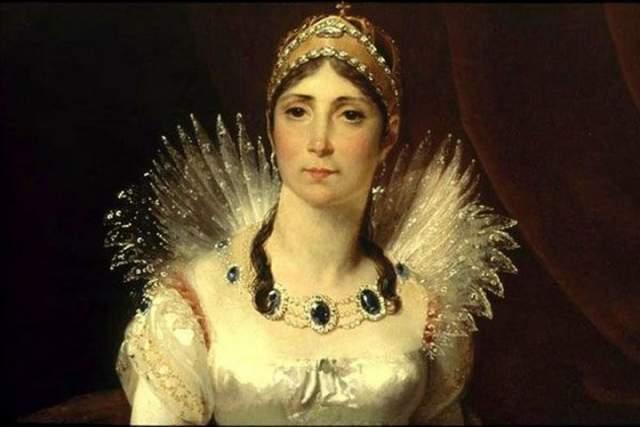 Жозефина Богарне, первая жена Наполеона, была старше него и имела дочь от первого брака. В конечном итоге они развелись, так как женщина была бесплодна, но сохранили дружеские отношения. И это при том, что у Наполеона был роман даже с падчерицей.