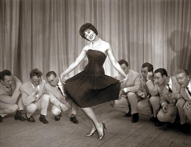 """В самом начале карьеры Пьеху даже обзывали """"стилягой"""". Глядя сейчас на ее """"шокирующие"""" наряды, в это сложно поверить."""
